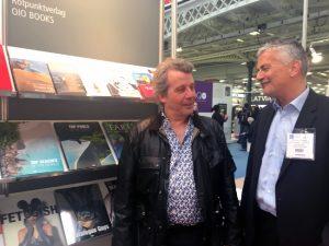 OIO BOOKS Fotobildbände auf der London Book Fair. Rechts daneben Georg Krömer (Buchvertrieb luxury books) im Gespräch mit Marcel Ramirez (OIO Books).